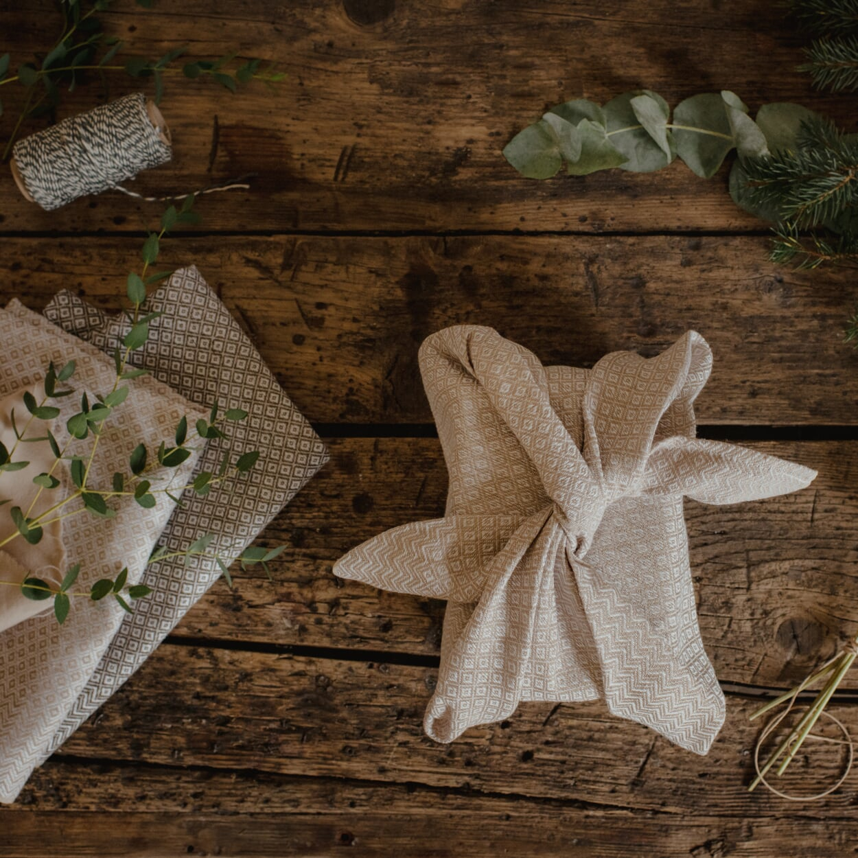 Furoshiki Geschenketuch, Geschenk in Geschirrtuch verpackt