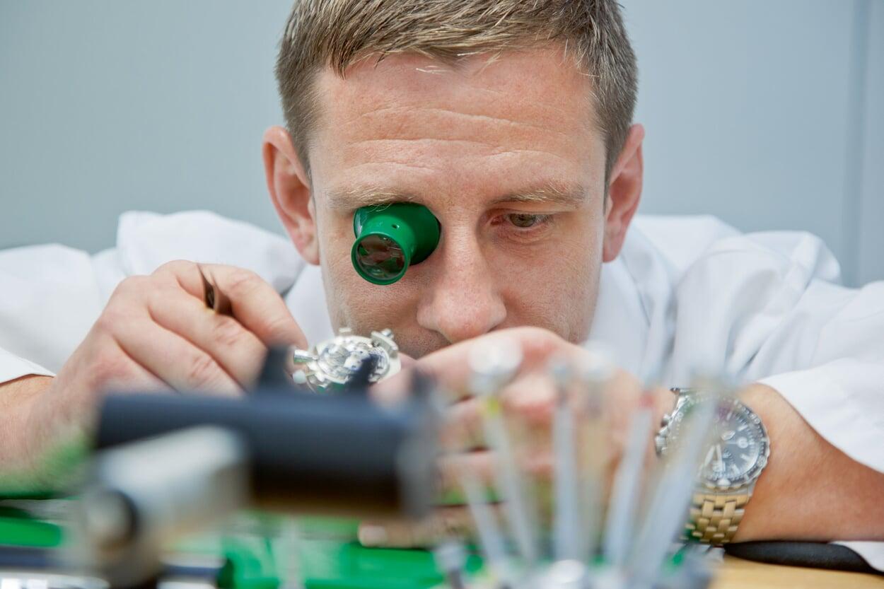 Uhrmachermeister Kai Günsch, Produktionsleiter bei Sinn, an seinem Werktisch