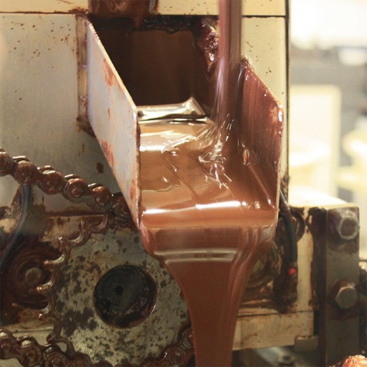 Flüssiger Kakao auf dem Weg zur Schokolade