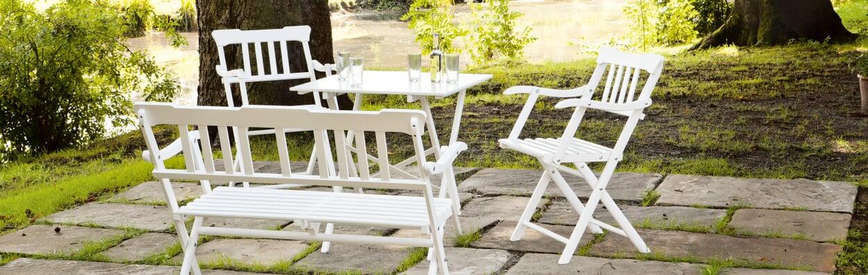 Gartenmöbel nach draußen räumen und pflegen