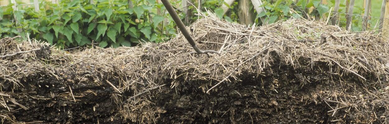 Kompost umsetzen und offene Mieten abdecken