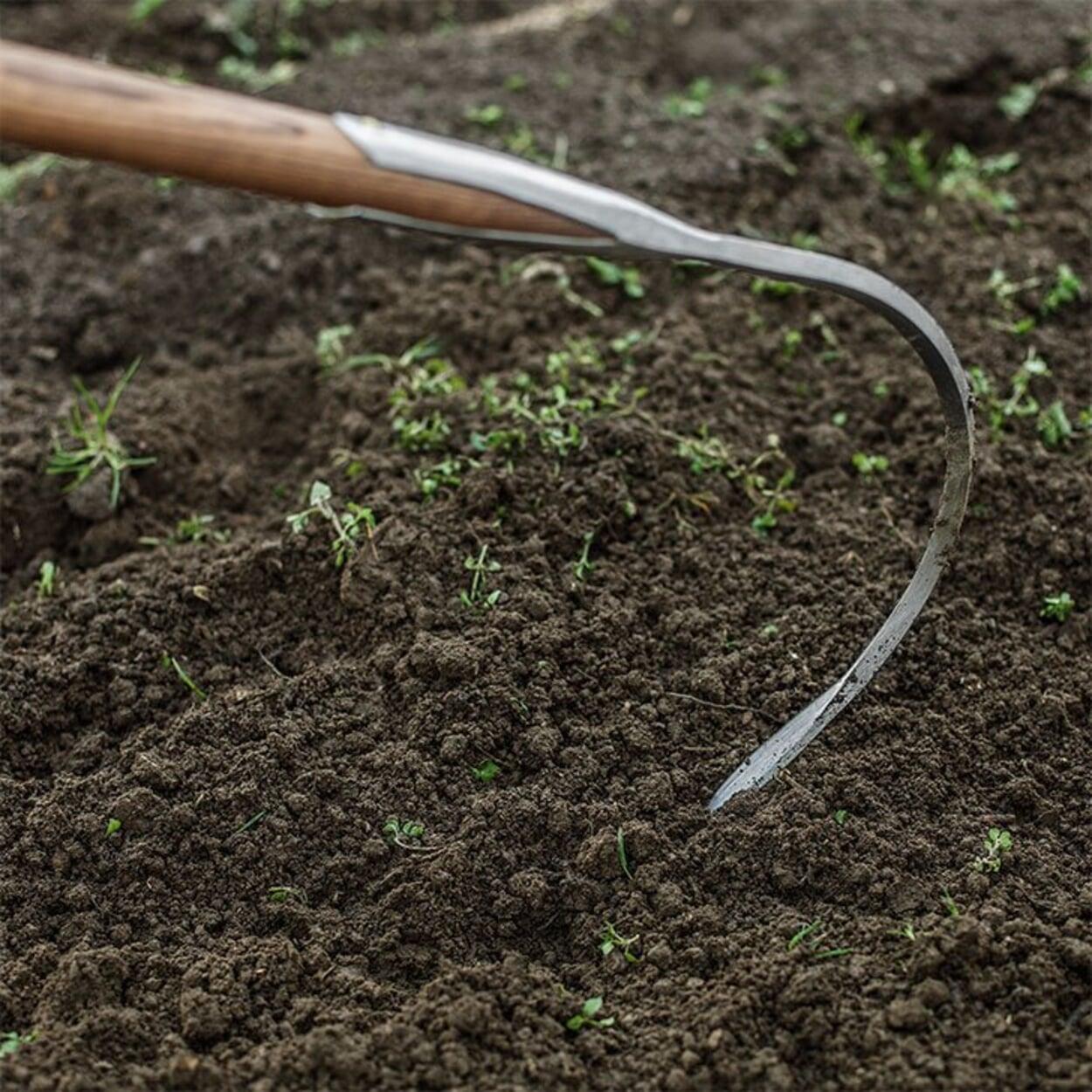 Tiefe Bodenlockerung mit dem Sauzahn