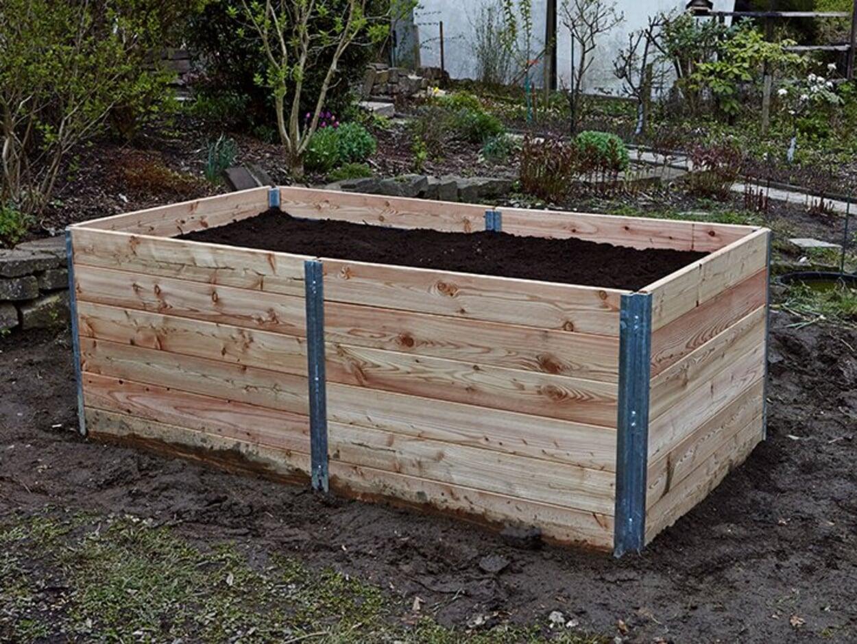 ... und abschließend mit Gartenerde oder Feinkompost bedecken