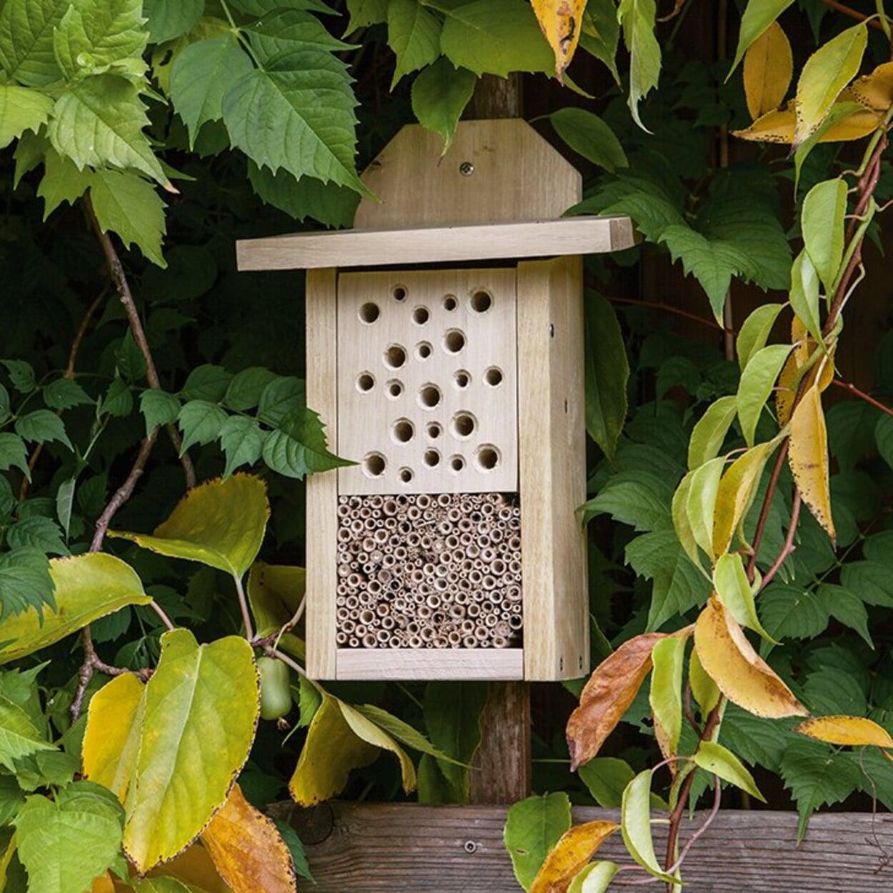 Für Insektenhäuser einen sonnigen und geschützten Platz wählen