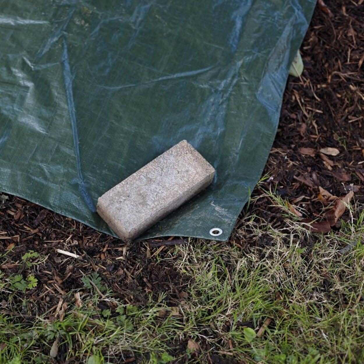 Offene Kompostmieten vor dem Winter abdecken,  zum Beispiel mit einer Plane