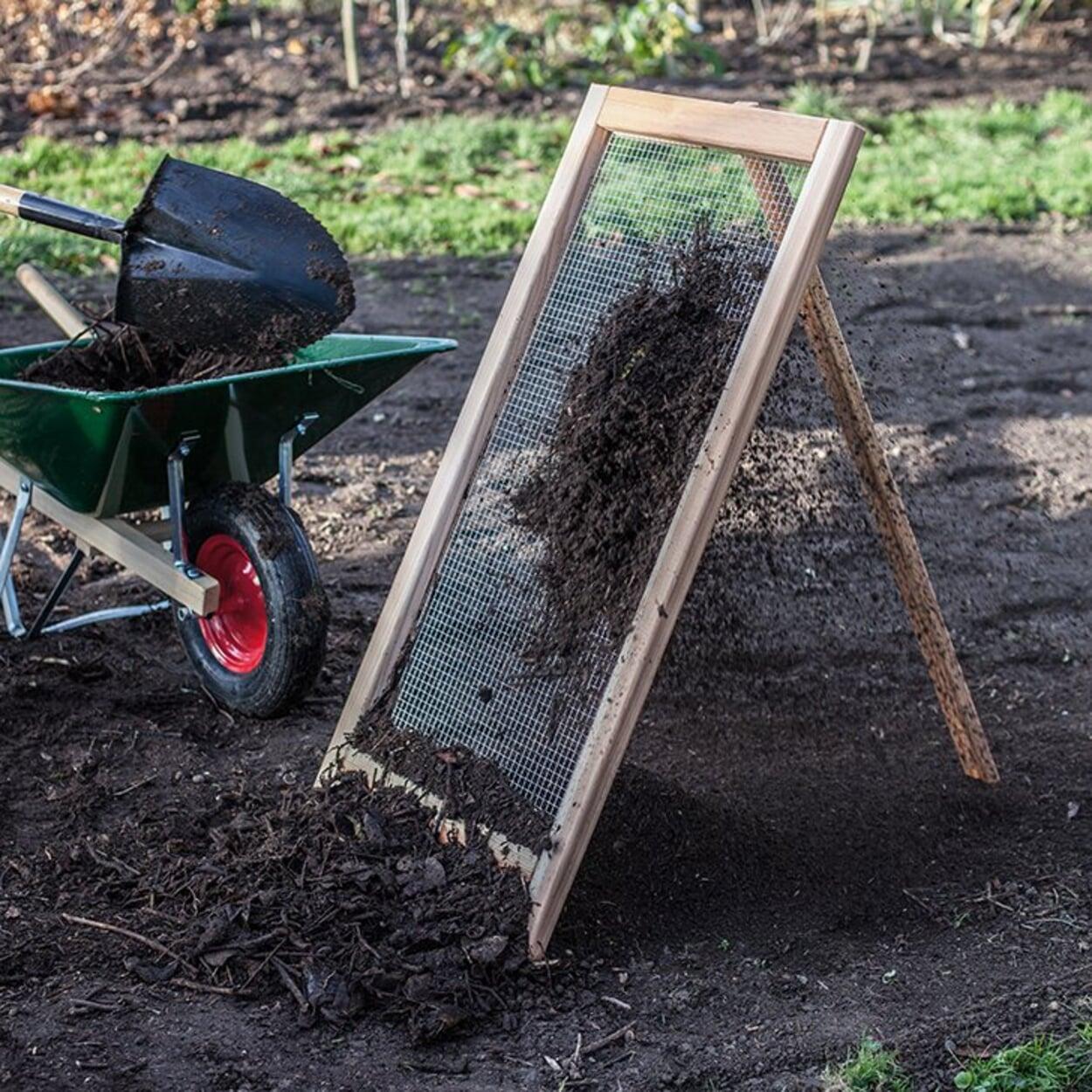 Bei großen Kompostmengen sogenannte Durchwurfsiebe wählen.