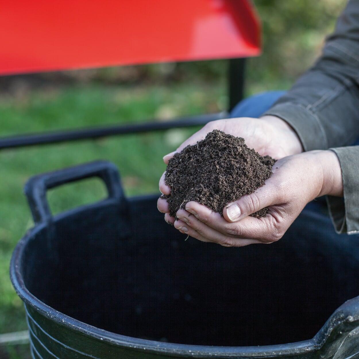 Den feingesiebten Reifkompost bis zur Verwendung vor Niederschlägen schützen