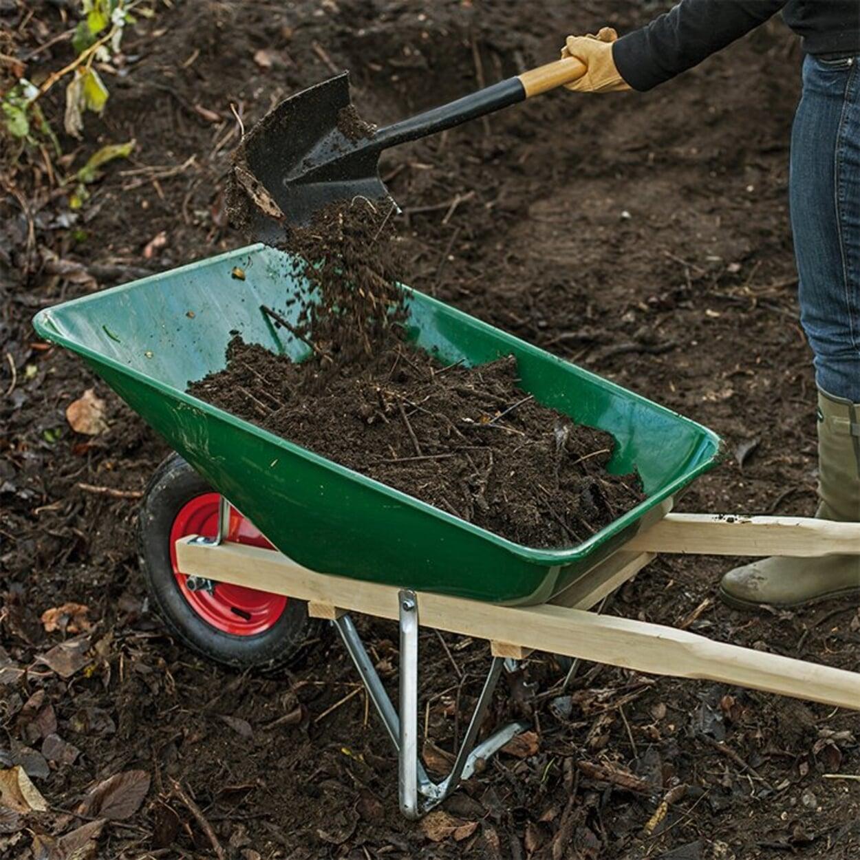 Den Boden mit Kompost anreichern