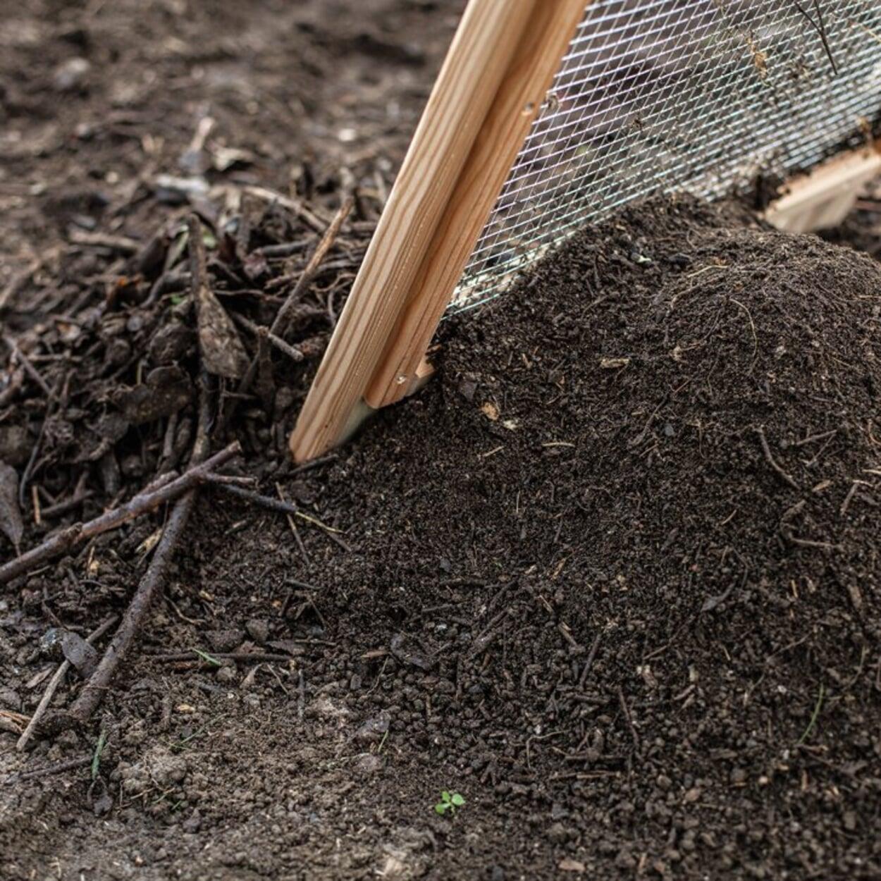 Für die Bodenverbesserung Kompost sieben
