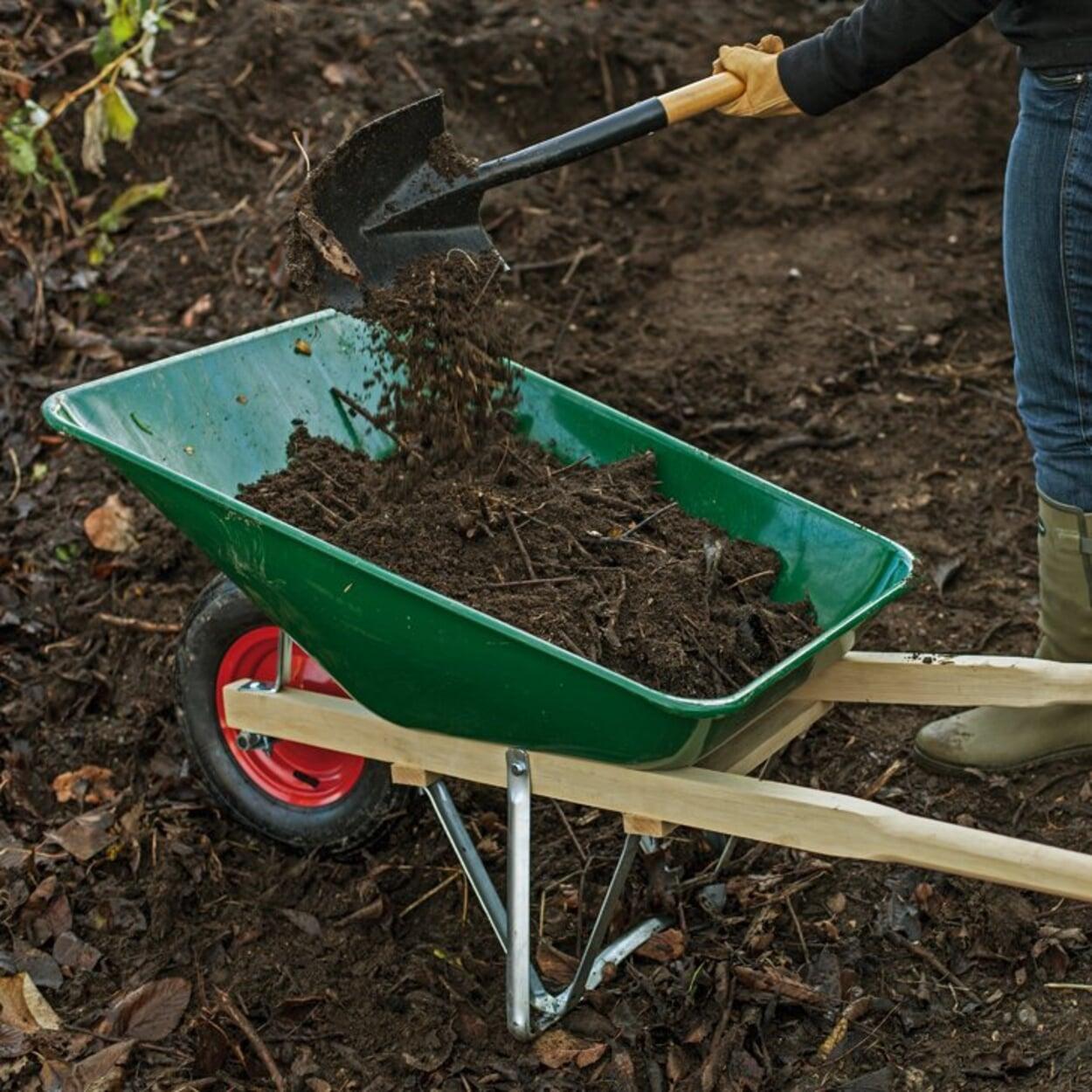 Kompost auf Beet verteilen