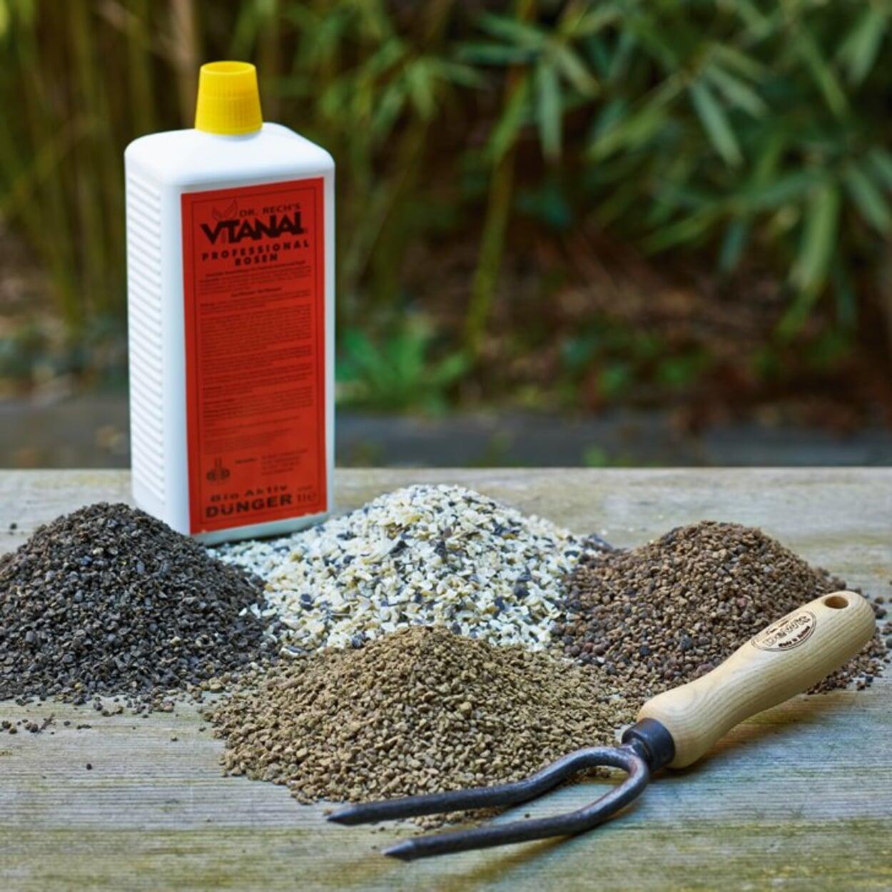 Dem Substrat kann ein grober, also sich langsam zersetzender organischer Dünger beigegeben werden: zum Beispiel Hornspäne.