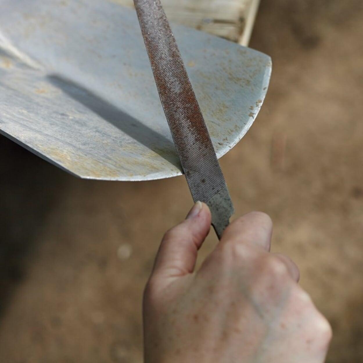 Für Werkzeuge mit geschärften Kanten oder Zähnen eine Handfeile verwenden