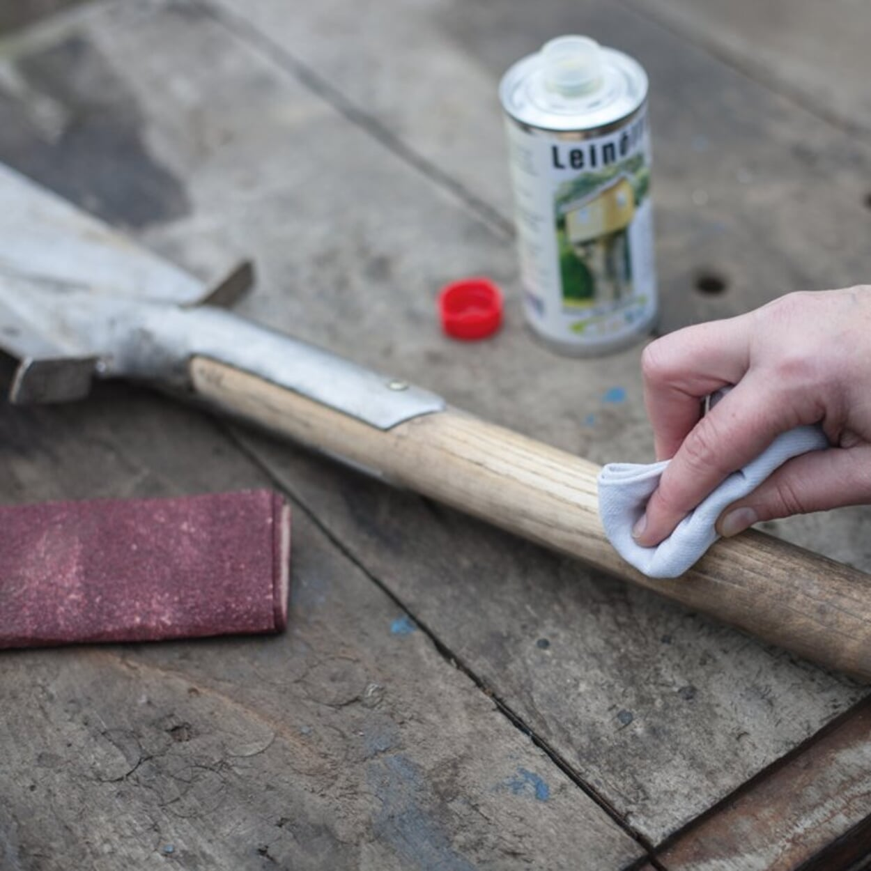 Werkzeugstiele aus Holz abschleifen und einölen