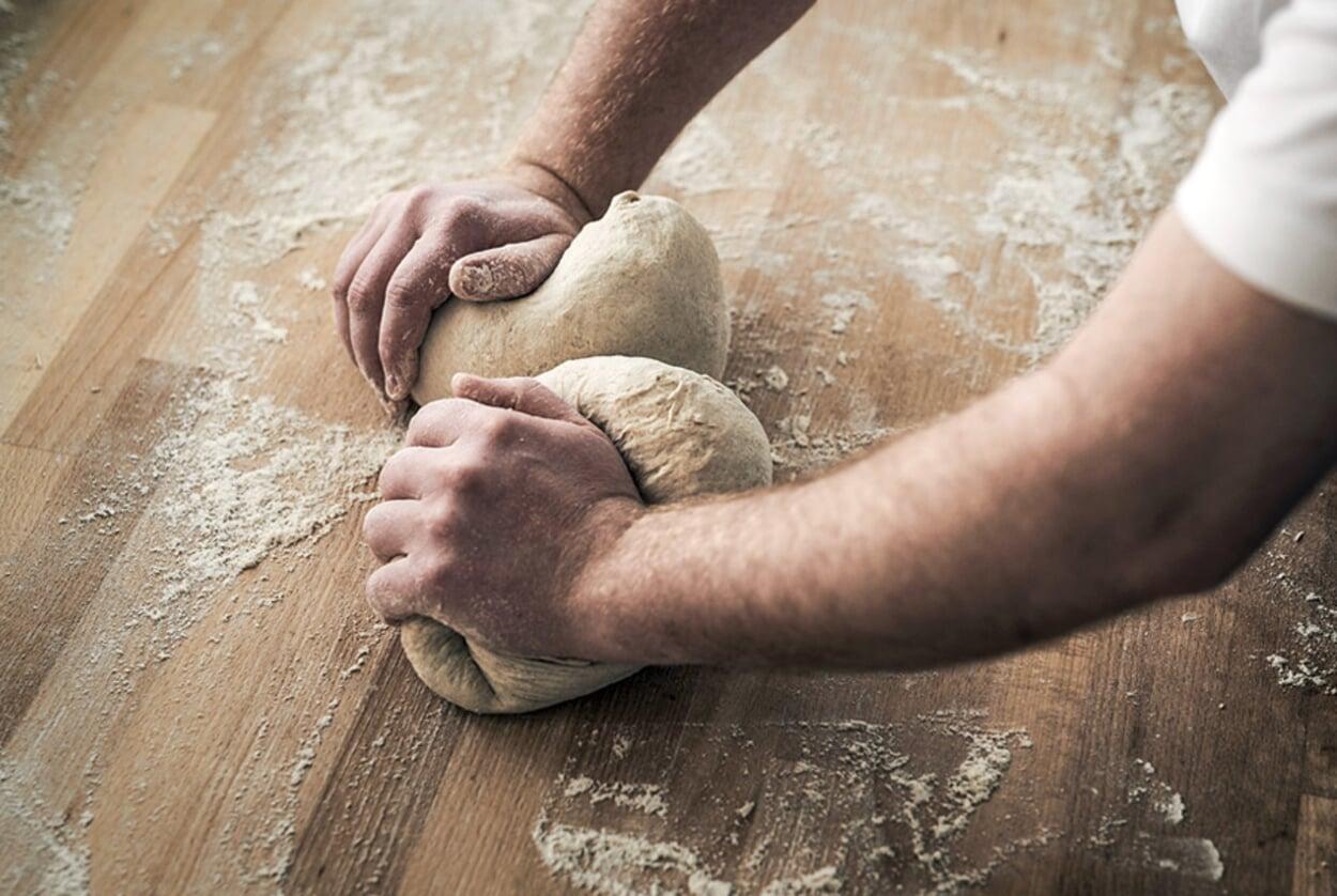 Der Teif wird von Hand geknetet