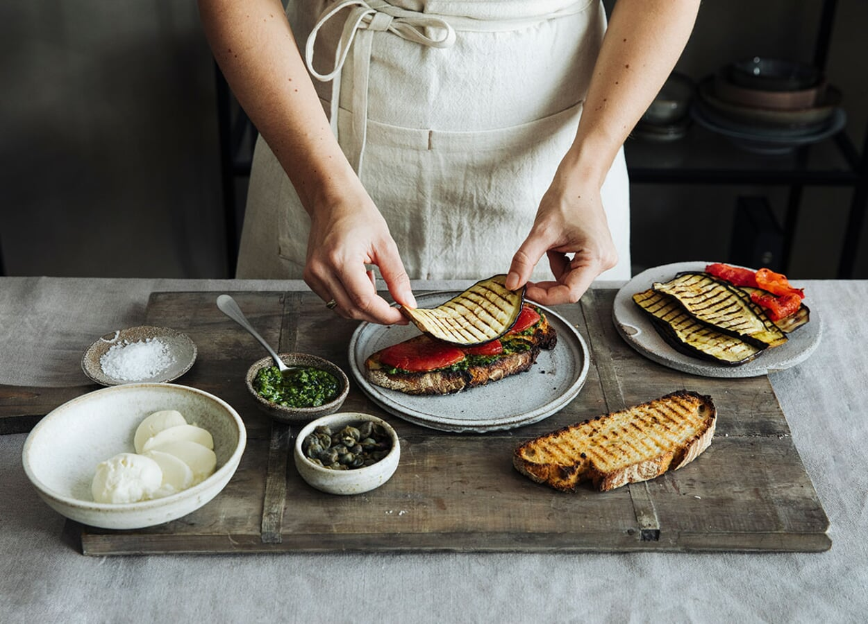 Panini mit Grillgemüse, Basilkum-Pesto, Mozzarella und gesalzenen Kapern
