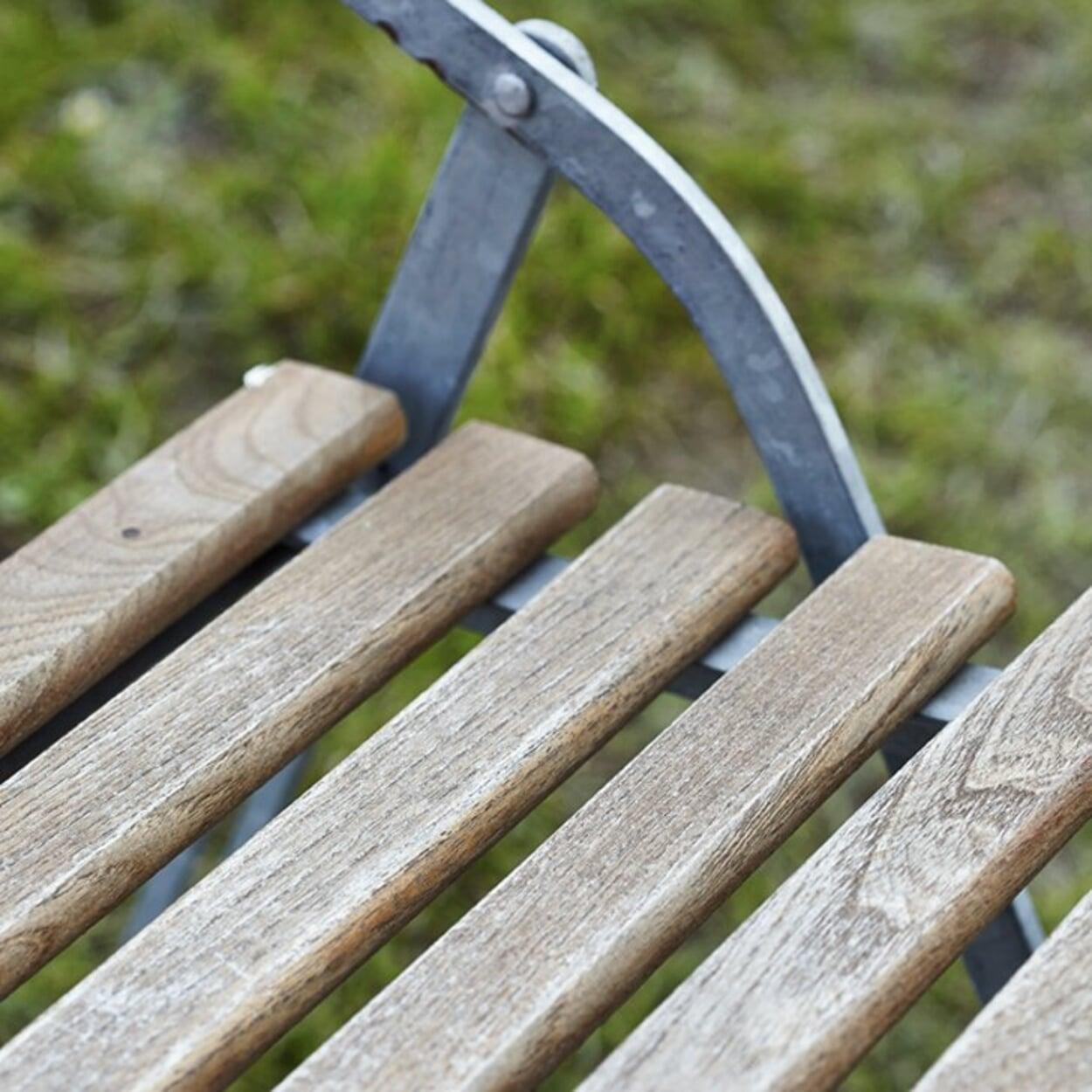 Vergraute Sitzfläche aus Robinienholz