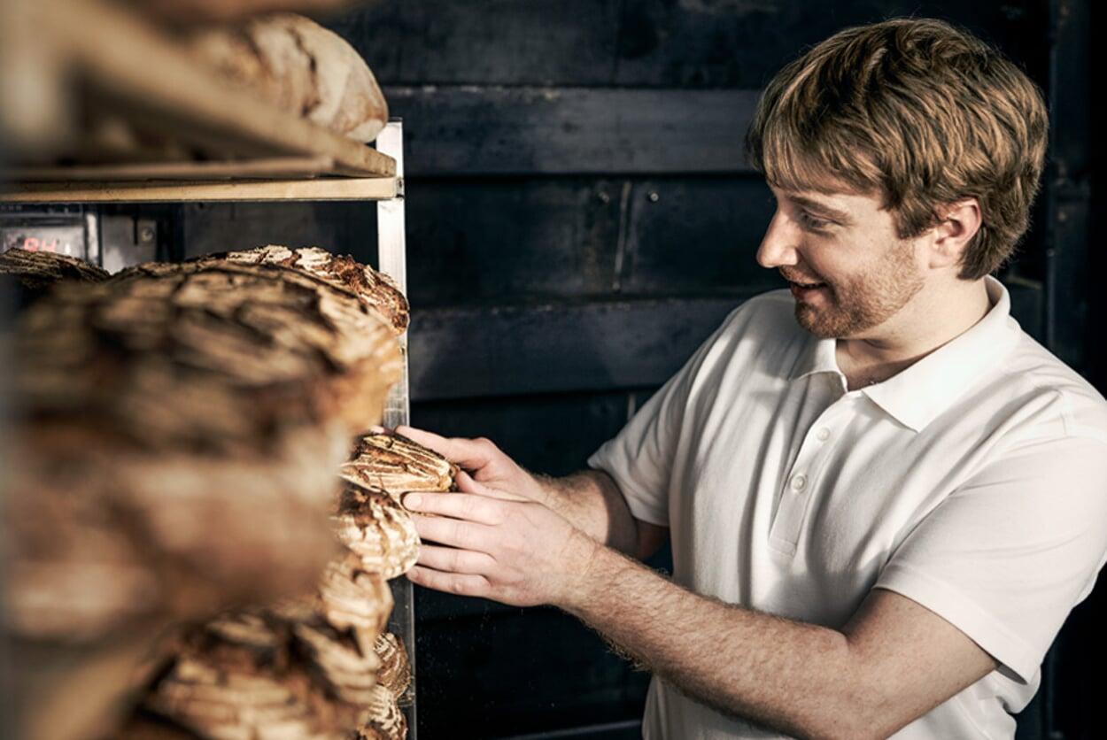 Das Brot kommt zum Auskühlen ins Regal